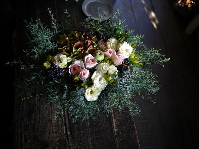 ご結婚のお祝いにアレンジメント。「白~グリーン、ピンク系。かわいいよりはおしゃれ」。北4西6にお届け。2019/11/23。_b0171193_22004145.jpg