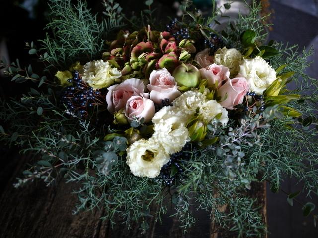 ご結婚のお祝いにアレンジメント。「白~グリーン、ピンク系。かわいいよりはおしゃれ」。北4西6にお届け。2019/11/23。_b0171193_22004284.jpg