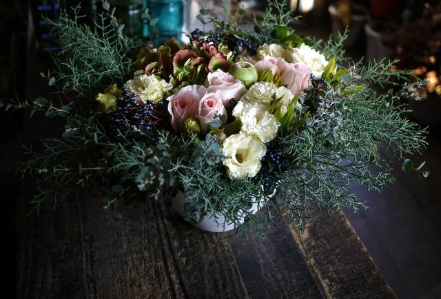 ご結婚のお祝いにアレンジメント。「白~グリーン、ピンク系。かわいいよりはおしゃれ」。北4西6にお届け。2019/11/23。_b0171193_22004852.jpg