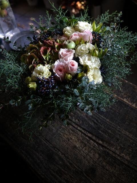 ご結婚のお祝いにアレンジメント。「白~グリーン、ピンク系。かわいいよりはおしゃれ」。北4西6にお届け。2019/11/23。_b0171193_22005026.jpg