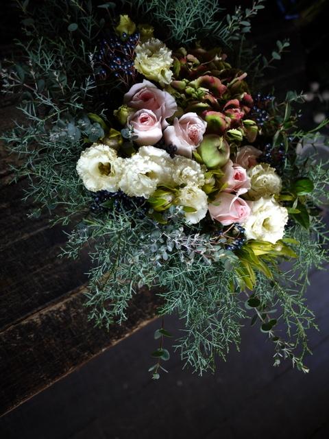 ご結婚のお祝いにアレンジメント。「白~グリーン、ピンク系。かわいいよりはおしゃれ」。北4西6にお届け。2019/11/23。_b0171193_22005294.jpg