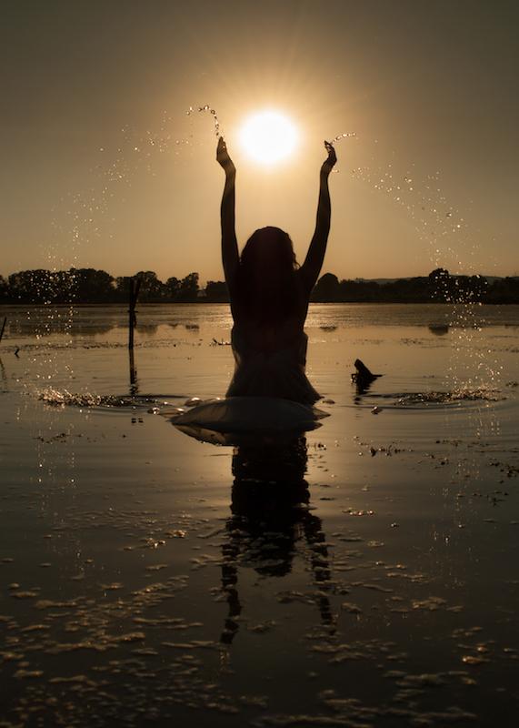 女性が神であったとき 写真 アントネッラ・ピゼッリ 俳句・伊訳 石井直子〜イタリア 女性写真展から_f0234936_7113787.jpg
