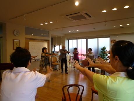 すまいるカフェ~「365日のマーチ」体操~_e0228813_14472337.jpg