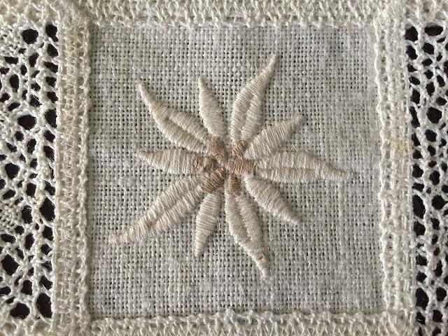 花の刺繍の四角マット1143  sold out!_f0112550_23053532.jpg