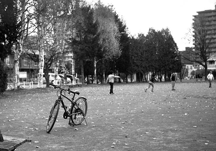 自転車の季節の終りと公園で遊ぶ子供たち_c0182775_16362631.jpg