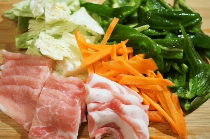 ■簡単5分!!【!!菜園採りピーマンで肉野菜炒め】_b0033423_23352825.jpg