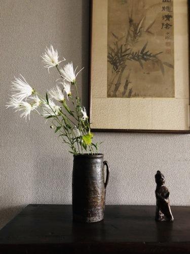 花だより 嵯峨菊と耳付筒瓶_a0279848_14224326.jpeg