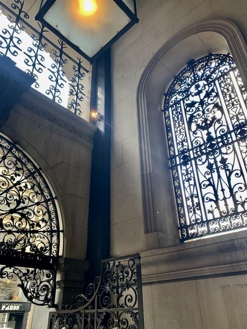 パブに転身した旧イングランド銀行_f0380234_02241735.jpeg