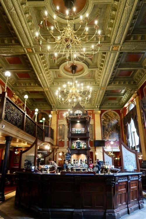 パブに転身した旧イングランド銀行_f0380234_02252307.jpeg