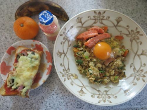 朝:卵かけチャーハン&ピザトースト 昼:塩🍙&味噌汁、1時間後、くら寿司の天丼 夜:塩🍙、温野菜&柿_c0075701_22470888.jpg