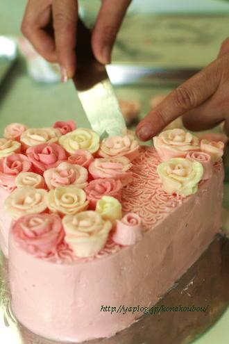 ウェディングのお祝いに、バラのケーキ。_a0392423_09161822.jpg
