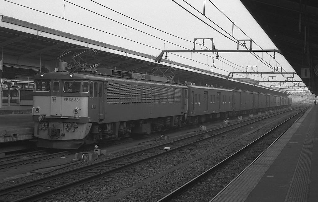 KATOのNゲージ東海道山陽荷物車後期セットとオユ14・スユ44の電気暖房の話_f0203926_1824828.jpg