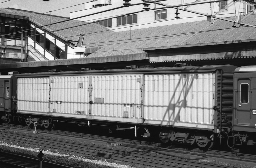KATOのNゲージ東海道山陽荷物車後期セットとオユ14・スユ44の電気暖房の話_f0203926_18585278.jpg