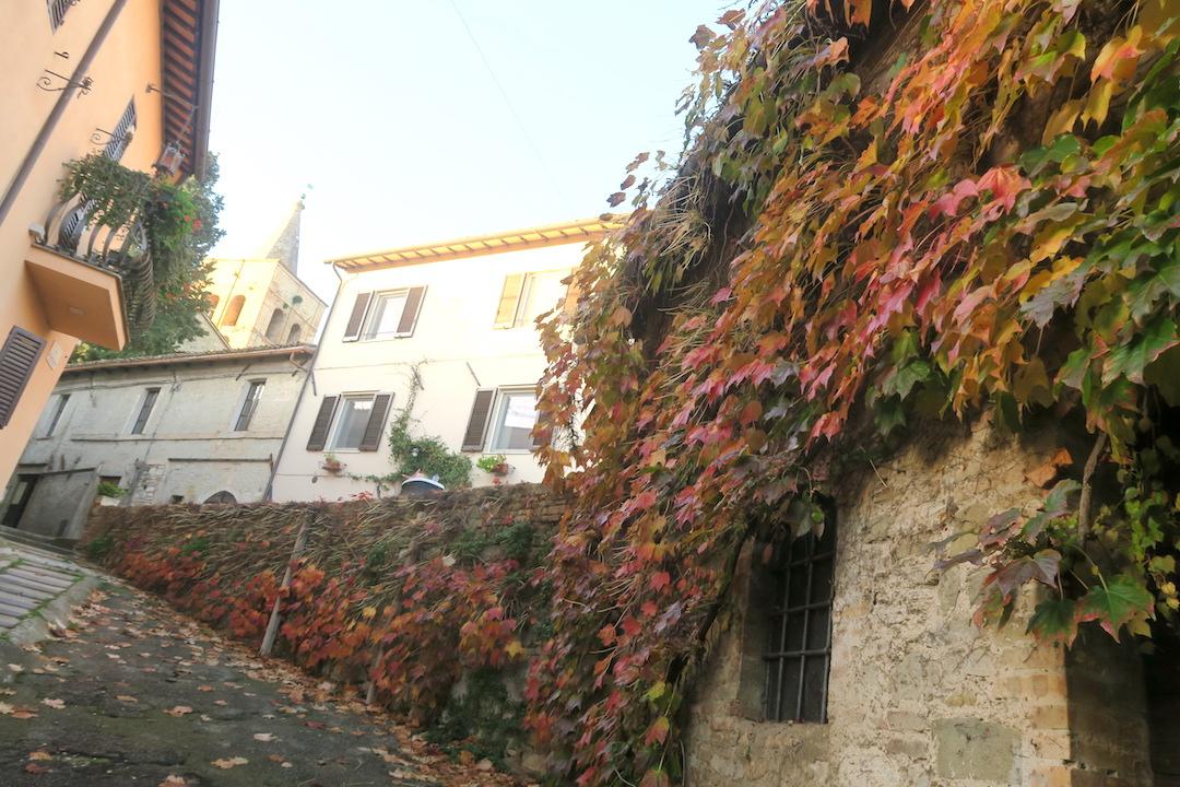 紅葉の美しい村の城壁めぐり、ベヴァンニャ_f0234936_8291819.jpg