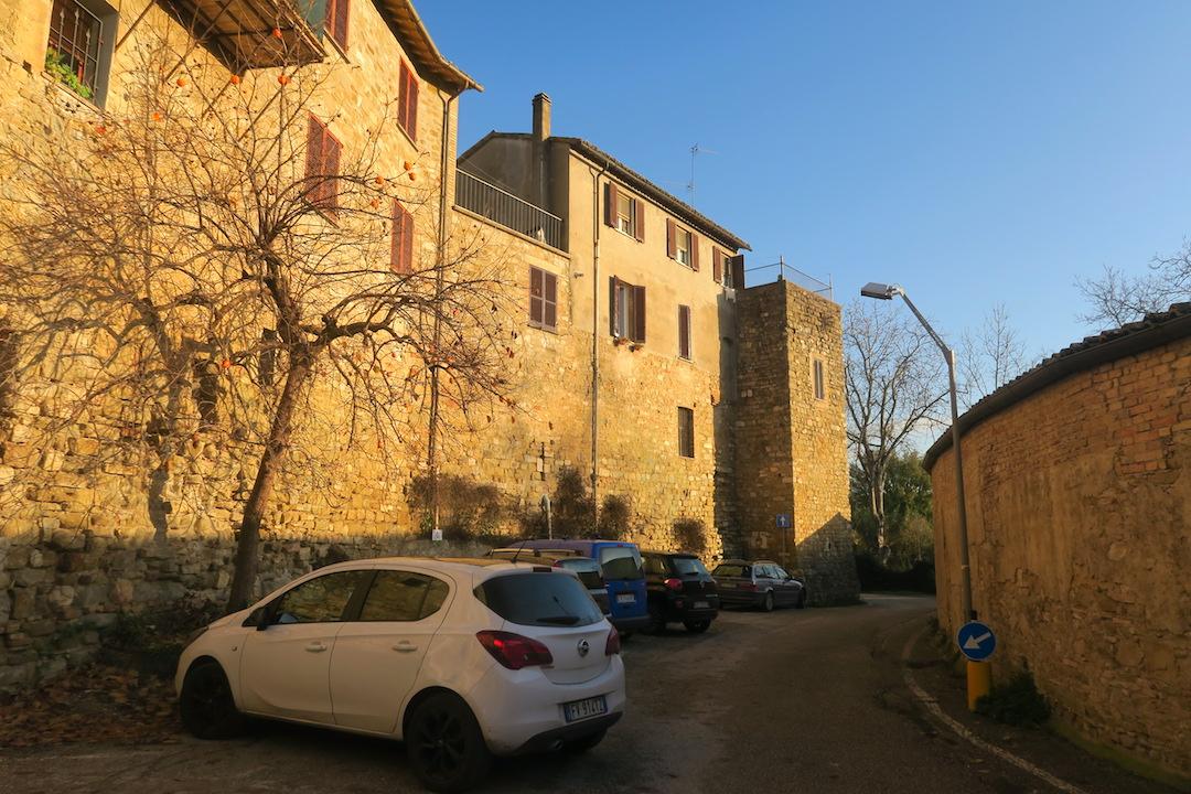 紅葉の美しい村の城壁めぐり、ベヴァンニャ_f0234936_831557.jpg