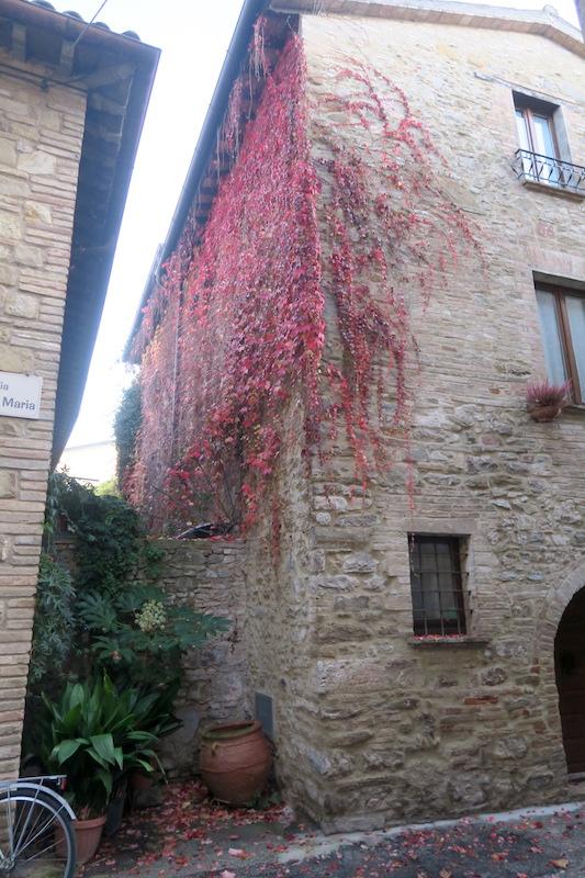 紅葉の美しい村の城壁めぐり、ベヴァンニャ_f0234936_8412944.jpg
