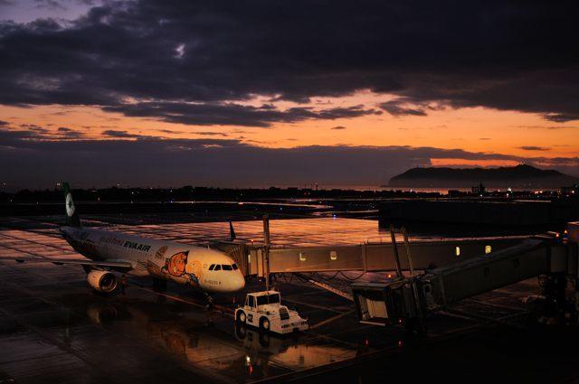函館空港の美しい夕焼け+ぐでたまジェット_c0081462_09471243.jpg