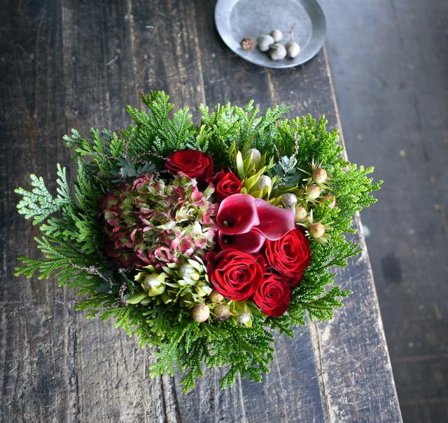 ネイルサロンの7周年にアレンジメント。「赤バラ、赤紫色のカラー、ハイドランジア等で」。西25にお届け。2019/11/29。_b0171193_19191145.jpg