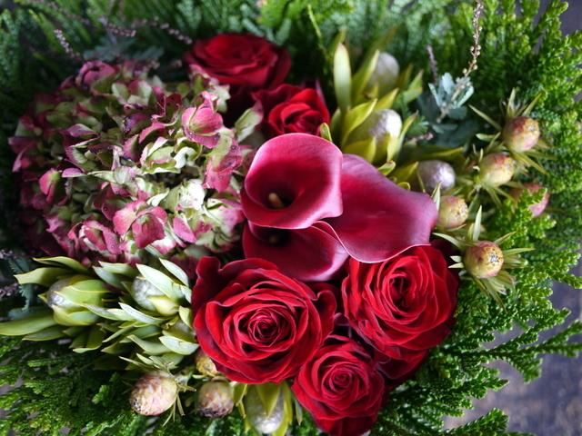 ネイルサロンの7周年にアレンジメント。「赤バラ、赤紫色のカラー、ハイドランジア等で」。西25にお届け。2019/11/29。_b0171193_19191929.jpg