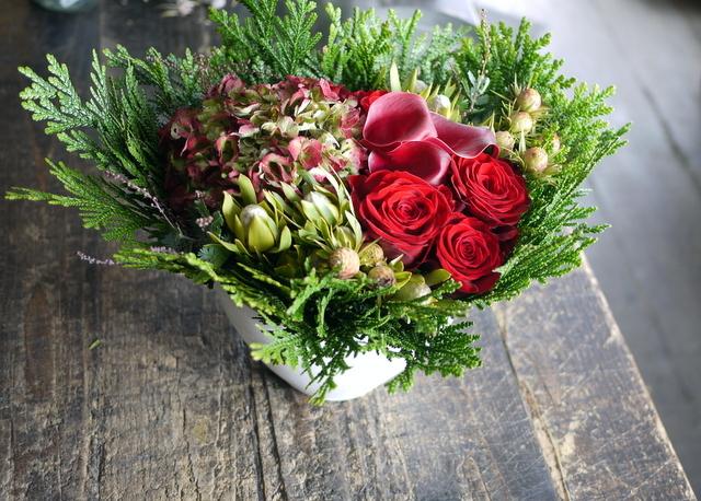 ネイルサロンの7周年にアレンジメント。「赤バラ、赤紫色のカラー、ハイドランジア等で」。西25にお届け。2019/11/29。_b0171193_19192112.jpg