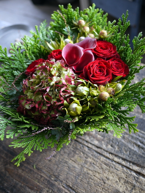 ネイルサロンの7周年にアレンジメント。「赤バラ、赤紫色のカラー、ハイドランジア等で」。西25にお届け。2019/11/29。_b0171193_19192267.jpg