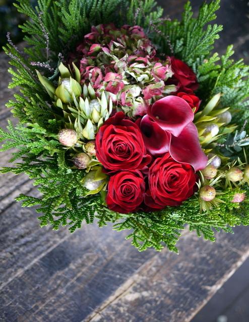 ネイルサロンの7周年にアレンジメント。「赤バラ、赤紫色のカラー、ハイドランジア等で」。西25にお届け。2019/11/29。_b0171193_19192412.jpg
