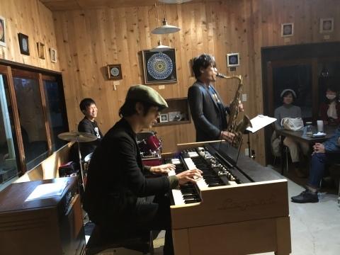 広島 ジャズライブカミン  Jazzlive Comin本日12月2日のライブ_b0115606_12403733.jpeg
