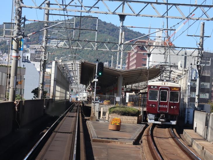 神戸線と宝塚線の阪急電車をご紹介、そしてお洒落なラッピングは春日野道での写真。スーパーはくと貨物列車の写真は東海道本線神戸から_d0181492_23470637.jpg