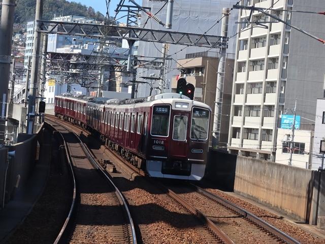 神戸線と宝塚線の阪急電車をご紹介、そしてお洒落なラッピングは春日野道での写真。スーパーはくと貨物列車の写真は東海道本線神戸から_d0181492_23512035.jpg
