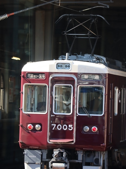神戸線と宝塚線の阪急電車をご紹介、そしてお洒落なラッピングは春日野道での写真。スーパーはくと貨物列車の写真は東海道本線神戸から_d0181492_23521609.jpg