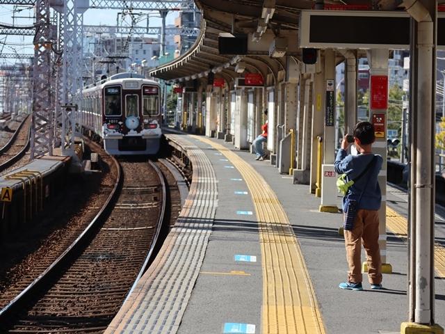 神戸線と宝塚線の阪急電車をご紹介、そしてお洒落なラッピングは春日野道での写真。スーパーはくと貨物列車の写真は東海道本線神戸から_d0181492_23583677.jpg