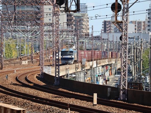 神戸線と宝塚線の阪急電車をご紹介、そしてお洒落なラッピングは春日野道での写真。スーパーはくと貨物列車の写真は東海道本線神戸から_d0181492_23585183.jpg