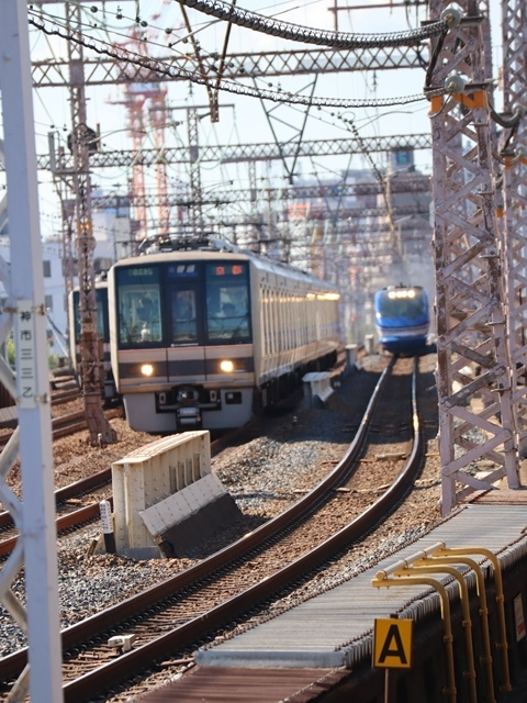 神戸線と宝塚線の阪急電車をご紹介、そしてお洒落なラッピングは春日野道での写真。スーパーはくと貨物列車の写真は東海道本線神戸から_d0181492_23595243.jpg