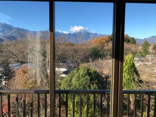 アトリエから、この景色を油でかきませんか?。一番綺麗な甲斐駒ケ岳が見られる季節です。_d0338282_08571490.jpg