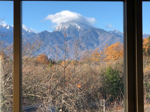 アトリエから、この景色を油でかきませんか?。一番綺麗な甲斐駒ケ岳が見られる季節です。_d0338282_08571917.jpg