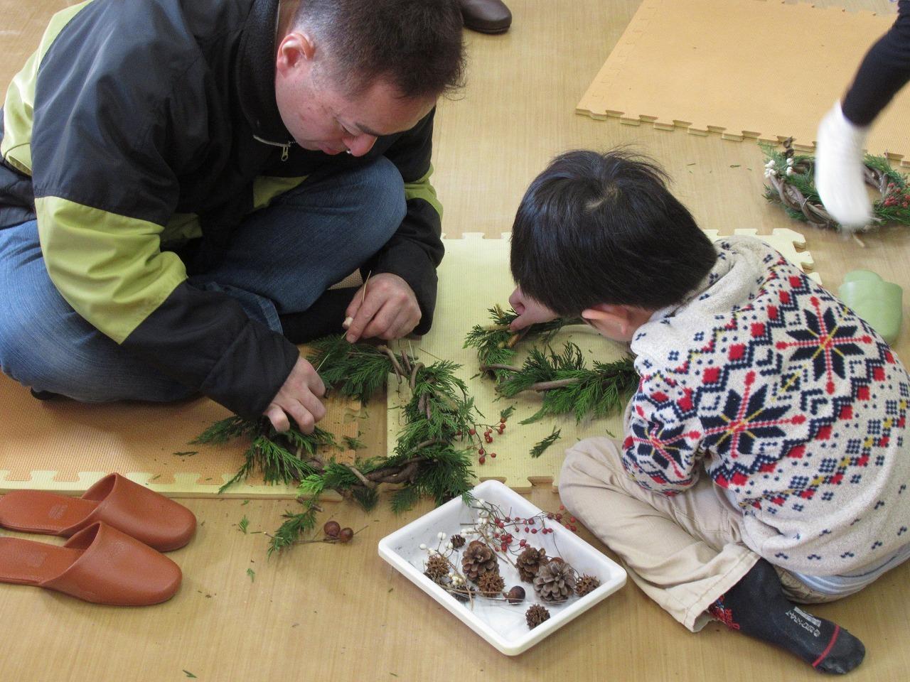 自然教室「自然の素材でクリスマスリースをつくろう」_f0361087_11542549.jpg