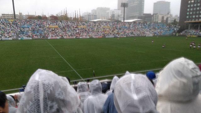 ワールドカップ人気で雨でも秩父宮はほぼ満席 ラグビー早慶戦_f0141310_08085930.jpg