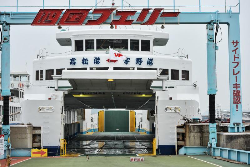 宇野港から高松港までフェリーでの船旅 ①_d0246136_00293377.jpg