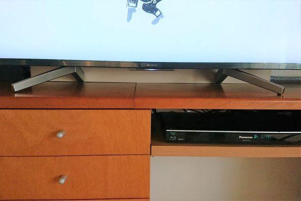 テレビ裏の配線処理は板一枚_e0408608_16133372.jpg