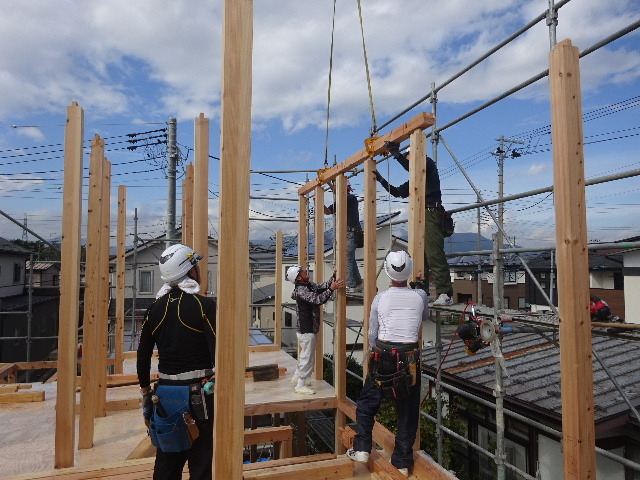 滝沢 穴口の家 建て方作業開始です!_f0105112_04294308.jpg
