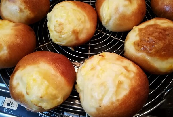 あま~い香りのクリームパンと、カマンベールチーズパン_b0149340_21402895.jpg