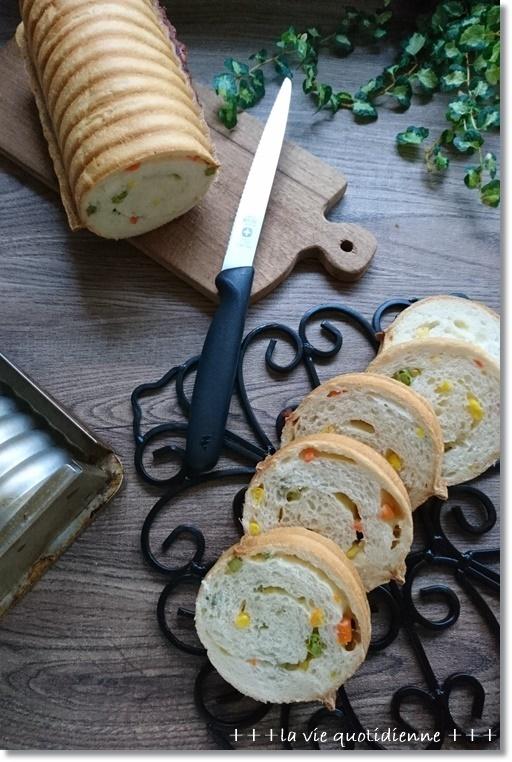 ミックスベジタブルとチーズのラウンドパンとダンナさん帰国!!_a0348473_05045637.jpg