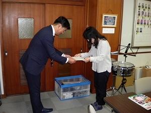 【地域貢献活動】中学校へ楽器を寄贈_f0318400_10144175.jpg