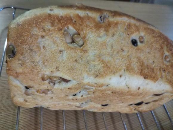 豆パンはしっとりホッコリ(^▽^)/_f0316507_16160901.jpg