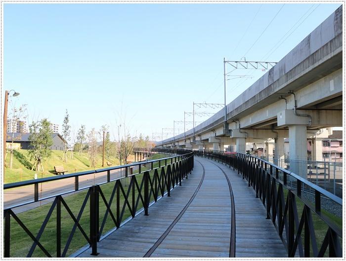 日差しがとっても暖かかったから、新しくできた公園でお散歩だよ~_b0175688_20002749.jpg