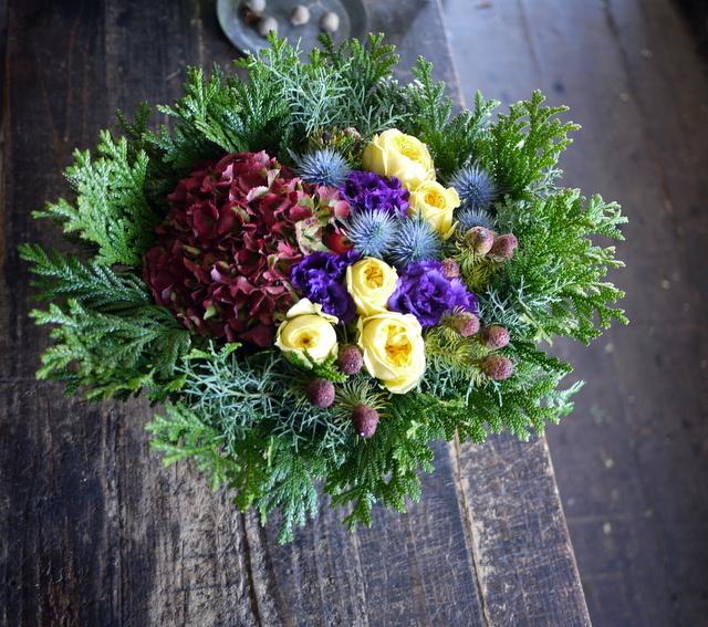 お誕生日の女性へのアレンジメント。「紫~黄色、森、北海道イメージ。造花のリンゴを一つ入れて」。東京都練馬区に発送。2019/12/02着。_b0171193_23111134.jpg