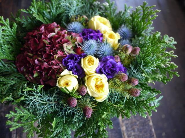 お誕生日の女性へのアレンジメント。「紫~黄色、森、北海道イメージ。造花のリンゴを一つ入れて」。東京都練馬区に発送。2019/12/02着。_b0171193_23111424.jpg