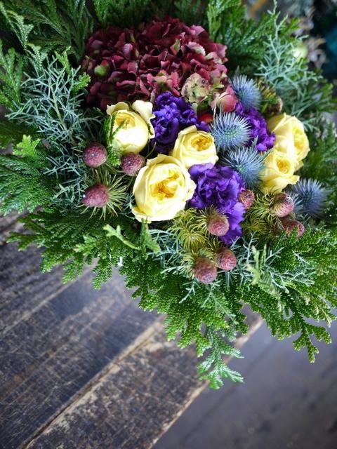 お誕生日の女性へのアレンジメント。「紫~黄色、森、北海道イメージ。造花のリンゴを一つ入れて」。東京都練馬区に発送。2019/12/02着。_b0171193_23112383.jpg