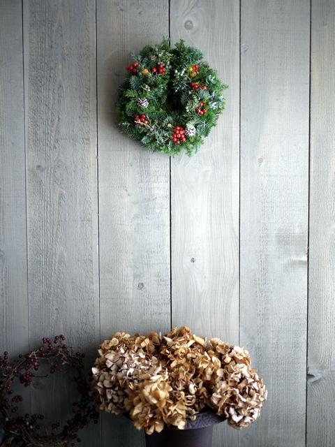 クリスマスのフレッシュリース。「赤い実等入れて」。2019/12/04。_b0171193_23322496.jpg