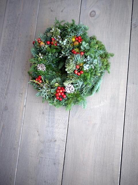 クリスマスのフレッシュリース。「赤い実等入れて」。2019/12/04。_b0171193_23324121.jpg